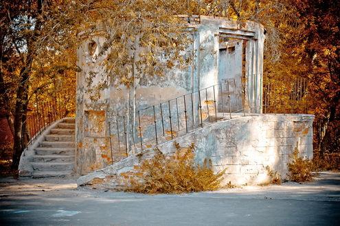 Фото Заброшенное сооружение с лестницей без крыши в парке Победы города Челябинск