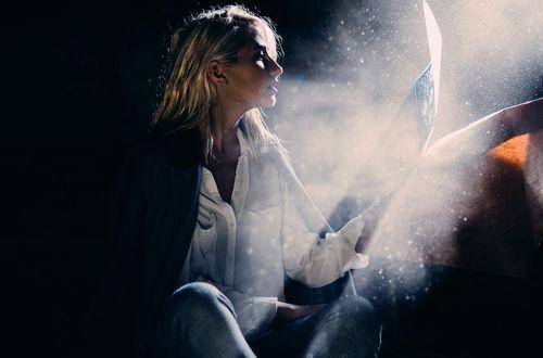 Фото Девушка сидит с журналом в руке, by MartaSyrko (© zmeiy), добавлено: 25.03.2017 21:46