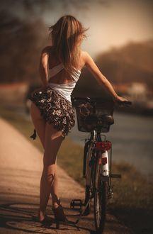 Фото Девушка с велосипедом стоит к нам спиной, by LKC Laurent KC