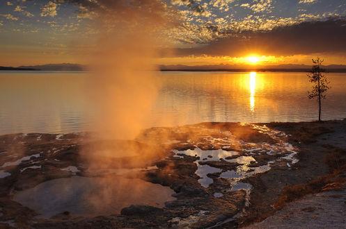 Фото Озеро на фоне восходящего солнца
