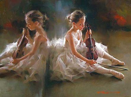 Фото Девочка - балерина со скрипкой и смычком в руках сидит у зеркала на полу