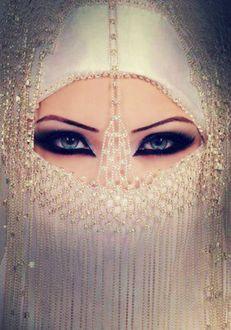 Фото Девушка арабка в макияже и восточном наряде с украшениями