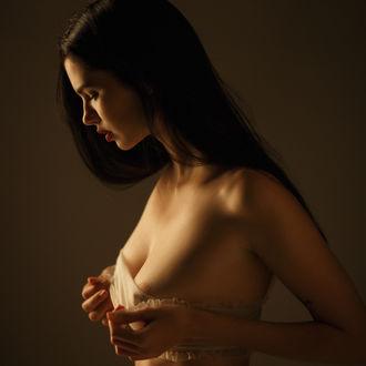Фото Девушка держит руки у груди, фотограф Сергей Сорокин