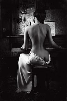 Фото Полуобнаженная девушка сидящая к нам спиной играет на пианино. Фотограф Руслан Болгов