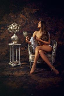 Фото Полуобнаженная девушка сидит в кресле любуясь на свое отражение в зеркале. Фотограф Руслан Болгов