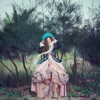 Фото Девушка в старинном наряде, в шляпке с закрытыми глазами на фоне природы. Фотограф Маргарита Карева