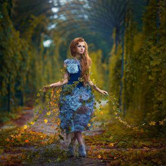 Фото Девушка в платье со цветами стоит на дорожке, фотограф Маргарита Карева