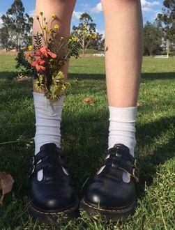 Фото Женские ноги в белых носках и черных ботинках