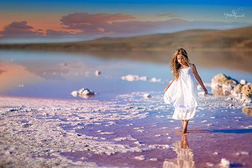 Фото Девочка в белом платье стоит на воде, фотограф, Ирина Недялкова