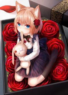 Фото В коробке красных роз сидит девочка с игрушкой зайцем в руках