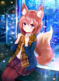 Фото Девочка-лисичка сидит на аквариуме и держится за шарф