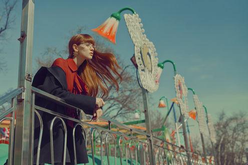 Фото Рыжеволосая девушка в очках стоит у ограды, by M0THart