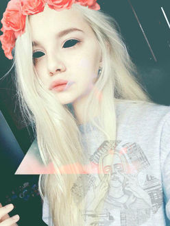 Фото Блондинка с пустыми черными демоническими глазами в венке из роз, by mikelzi