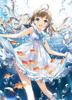 Фото Девочку под водой окружают золотые рыбки