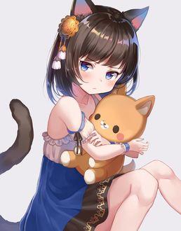 Фото Обиженная девушка прижимает к себе игрушку в виде котенка