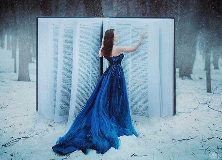 Фото Девушка в голубом длинном платье стоит перед большой книгой, фотограф Светлана Беляева