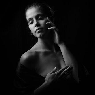 Фото Обнаженная девушка держит руку у лица, by michaelschalla