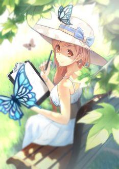 Фото Девушка, рисуя эскиз на бумаге, оглянулась вверх и увидела бабочек в ветках