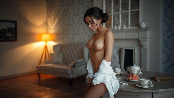 Фото Девушка в приспущенной белой рубашке стоит у стола, фотограф Георгий Чернядьев