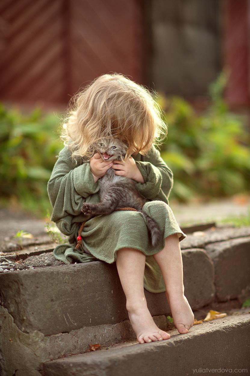 Фото Девочка обнимает маленького котенка, сидя на ступеньках, фотограф Юлия Твердова