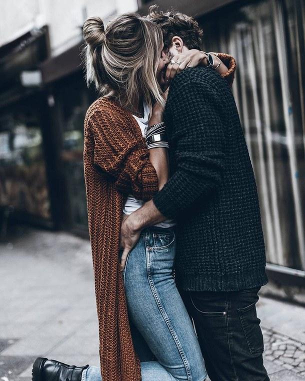 Фото Девушка и парень обнимают друг друга