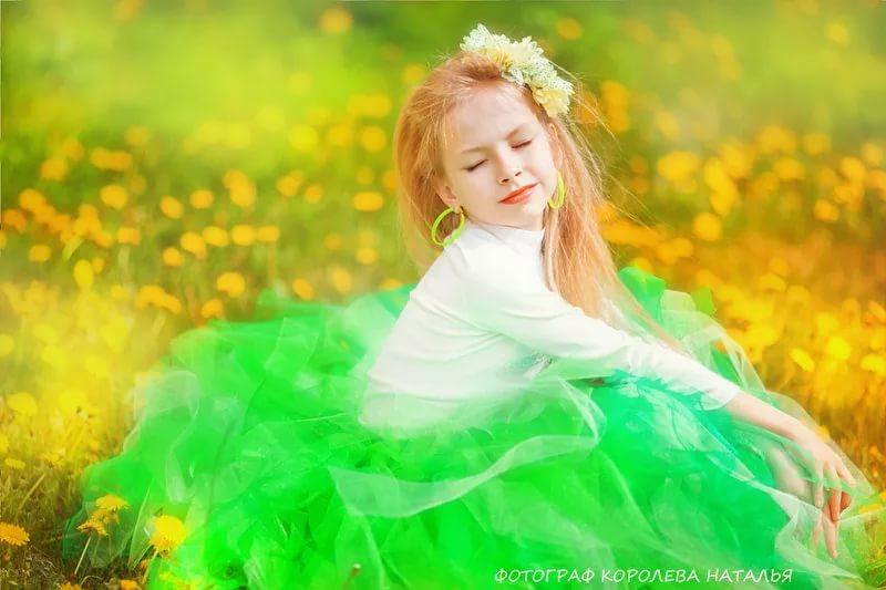Фото Девочка с закрытыми глазами с венком на голове сидит на траве с цветами, фотограф Наталья Королева