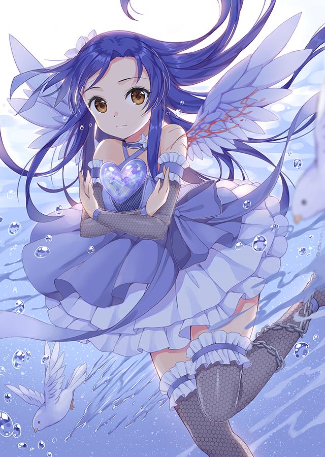 Фото Девушка с крыльями бежит по воде, держа у груди сердце