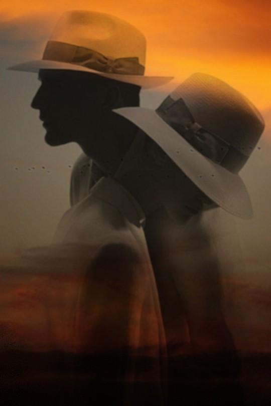 Фото Парень и девушка в шляпах стоят рядом на фоне природы