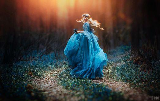 Фото Девушка в голубом платье с подснежниками в руках, фотограф Светлана Беляева