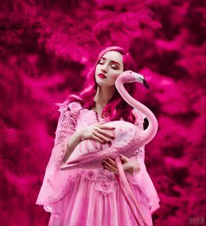 Фото Девушка держит в руках фламинго, фотограф Светлана Беляева