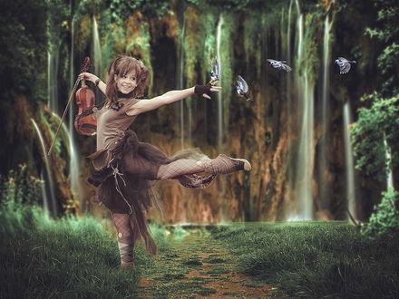 Фото К танцующей девушке со скрипкой садятся на руку птицы
