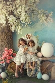 Фото Пасхальная открытка с детьми, на скамье у цветущего дерева, фотограф Кристина Мащенко