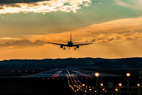 Фото Самолет над взлетной полосой, фотограф Artur Brandys