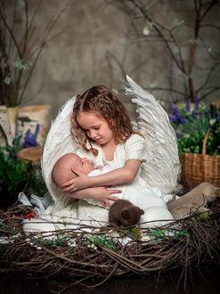 Фото Девочка в образе ангела держит на руках малыша. Фотограф Елена Трофимова