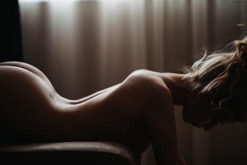 Фото Обнаженная девушка лежит на диване, фотограф Николай Иванов