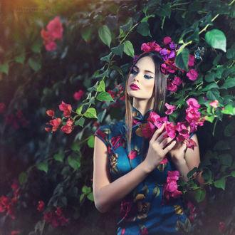 Фото Девушка в цветном платье стоит у цветущего куста, фотограф Margarita Kareva