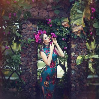Фото Девушка в цветном платье с венком на голове стоит у забора, фотограф Margarita Kareva