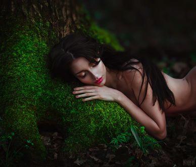 Фото Спящая обнаженная девушка на земле, поросшей зеленым ковриком, фотограф Светлана Беляева