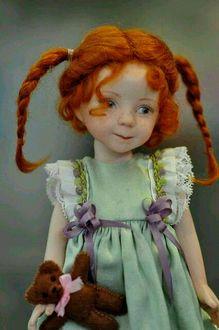 Фото Рыжеволосая кукла с мишкой в руке
