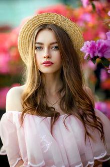 Фото Девушка Богдана в шляпке стоит у цветов. Фотограф Ольга Бойко