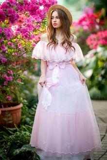 Фото Девушка Богдана в шляпке и длинном платье стоит у цветущего куста. Фотограф Ольга Бойко