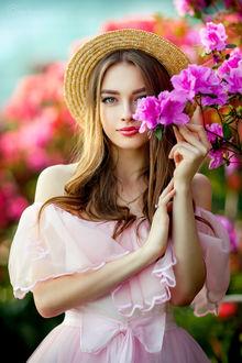 Фото Девушка Богдана в шляпке стоит у цветущего куста. Фотограф Ольга Бойко