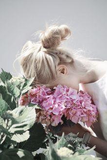Фото Девушка держит голову на цветах (© zmeiy), добавлено: 20.04.2017 09:18
