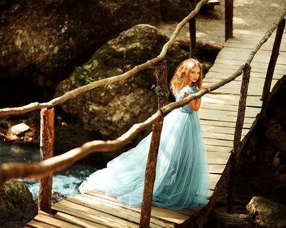 Фото Девочка стоит на мостике
