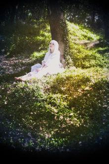 Фото Белокурая девушка сидит под деревом, by hoaxstar (© chucha), добавлено: 20.04.2017 11:12