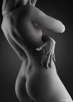 Фото Обнаженная девушка держит руку сбоку, фотограф Solas Ser