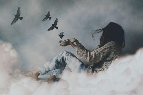 Фото Девушка в окружении облаков протянула руки к птицам, фотограф Adi Dekel (© zmeiy), добавлено: 21.04.2017 09:52