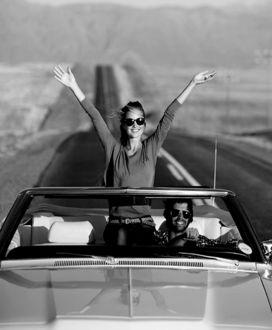 Фото Парень с девушкой едут в автомобиле