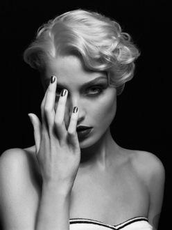 Фото Певица Мадонна / Madonna держит руку у лица