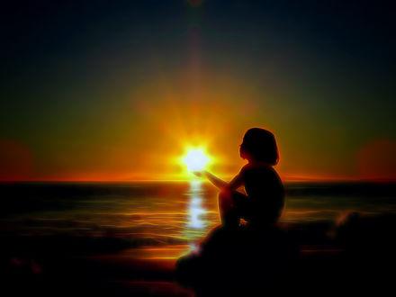Фото Девочка сидит у моря перед солнцем, by RalfPfaarPhotography